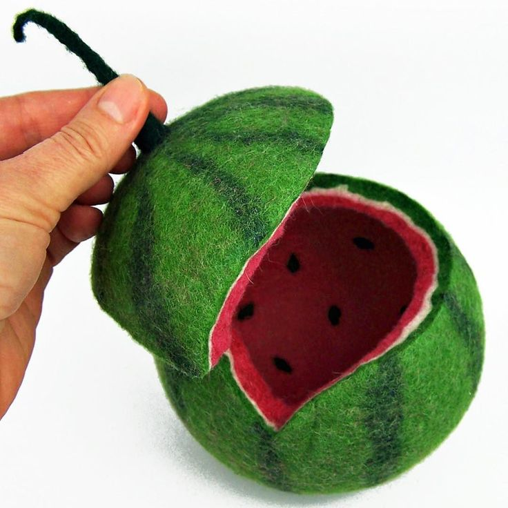 Die Melone will mit Schmuck gefüttert werden! @tafioland #dawanda #tafioland #melonlove #feltmelon #watermelon #colorlove #dscolor #miniatur #needlefeltedanimal #needlefelted #needlefeltedmelon #woolsculpture #miniatureart #filzdesign
