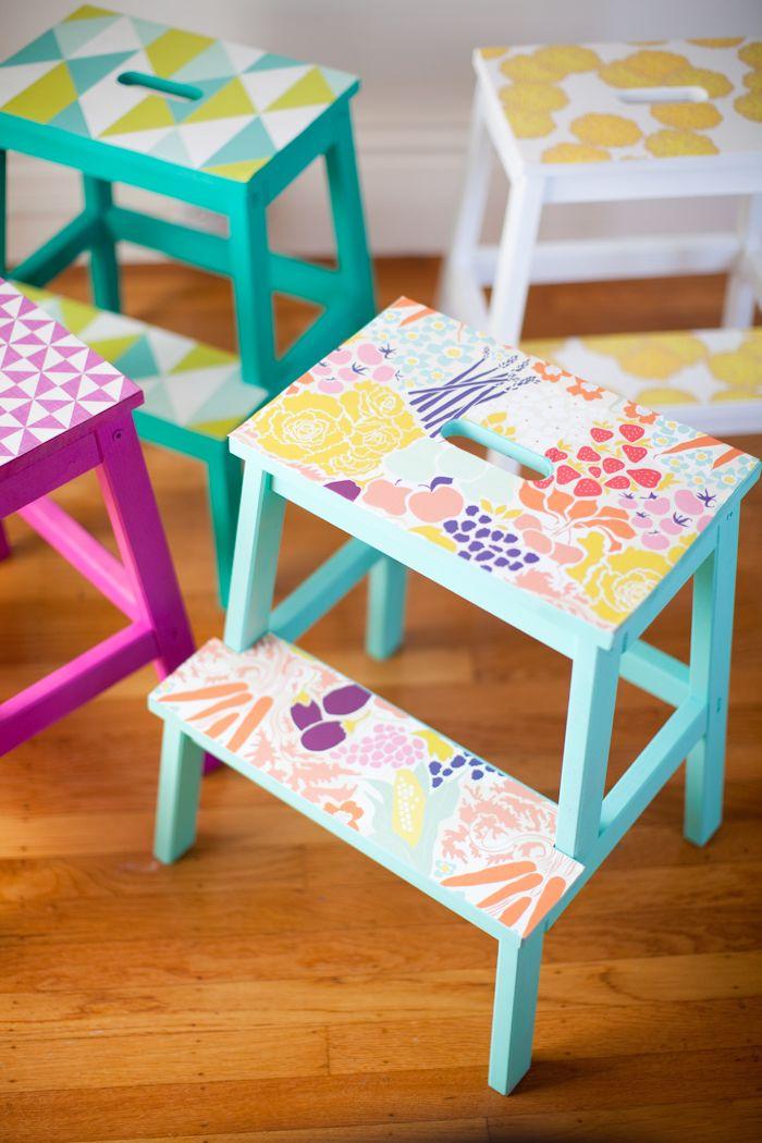 DIY Wallpapered Stools - http://www.diydecorprojects.com/diy-wallpapered-stools.html