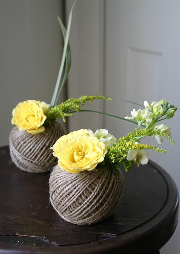 Sans vase dans la maison, j'aime quand-même beaucoup les fleurs alors j'en ramène du marché et j'improvise des compositions avec ce que j'ai...
