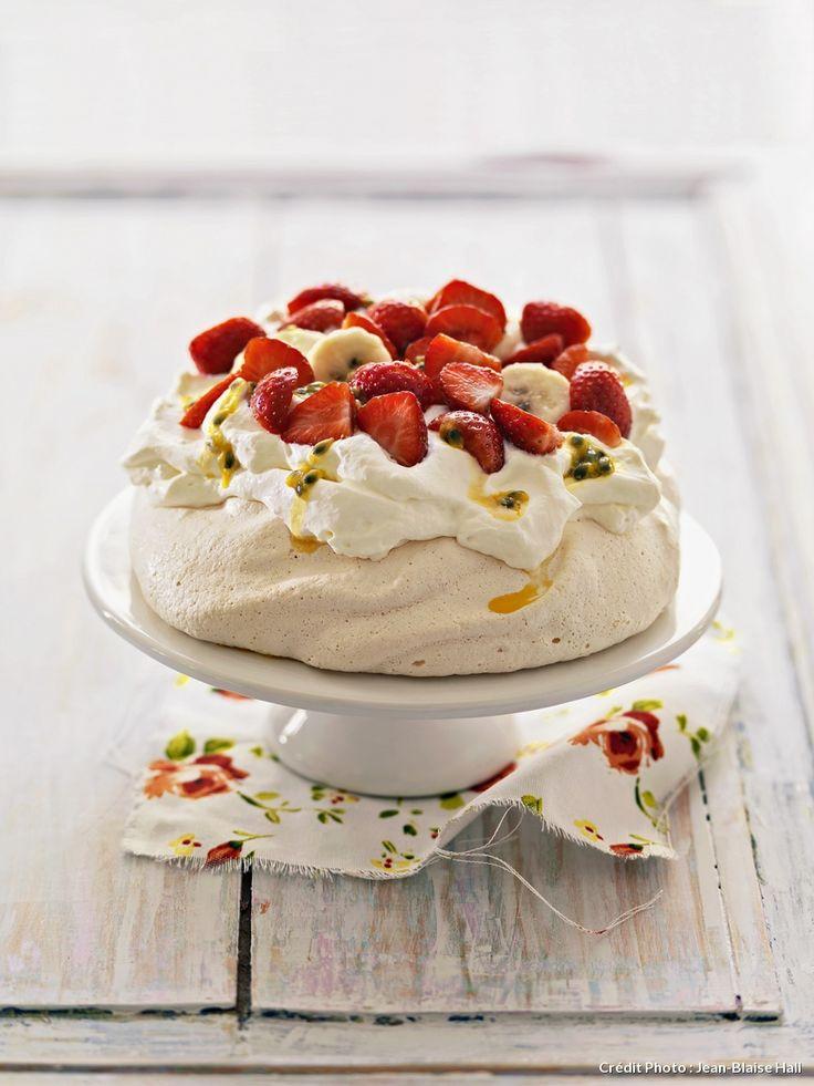 Recette de Pavlova aux fraises, fruits de la passion.