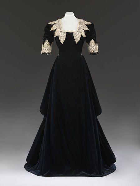 c. 1909 silk velvet Evening dress | John Redfern, London, England | V&A .  Possibly made for fancy dress.