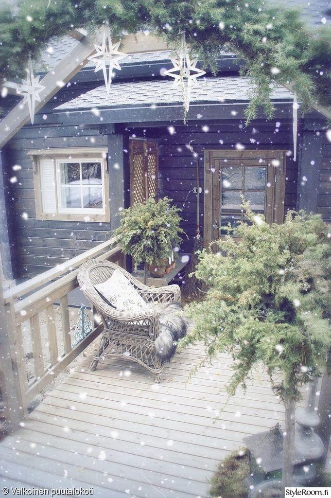 """""""Ilona"""":n mökin terassilla on kaunis joulutunnelma. #styleroom #inspiroivakoti #piha #joulu #terassi"""