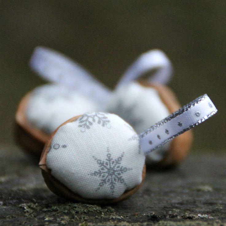 Retro Vánoční ozdoby - oříšek - vločky Klasické oříškové Vánoční ozdboby inspirované vzpomínkami. Cena za1 ks. Látka 100% bavlna, výplň PES, + stuha Na přání mohu vyrobit více ozbod, popřípadě v jiných barvách. Výška cca 3-4 cm+ stuha na zavěšení. Průměr ozdobycca 3 cm. Líbí se Vám stojánek na ozdoby? Je možné jej zakoupit ZDE. : : : ...