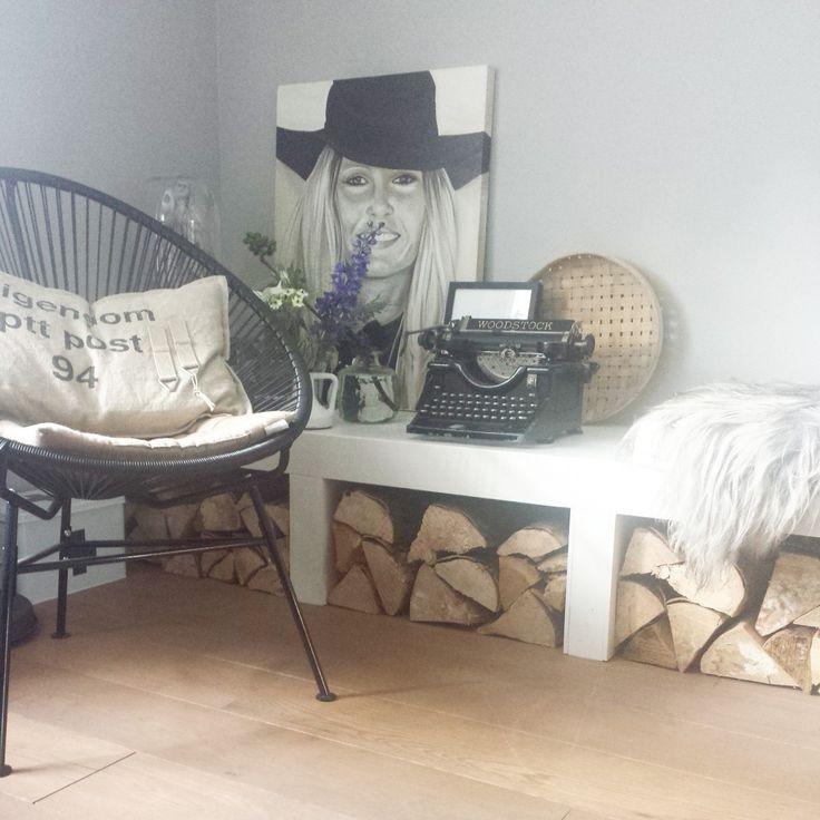 woonkamer - Onze woonkamer met een fijne extra bank voor als er feestjes worden gegeven en eronder opslag voor openhaardhout.\r\nHet schilderij heb ik zelf gemaakt.