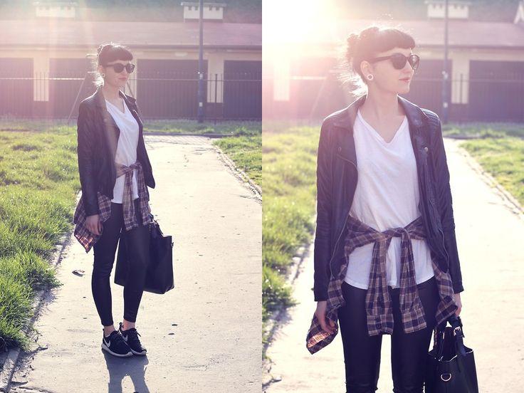 кожаная куртка, белая футболка, кожаные лосины