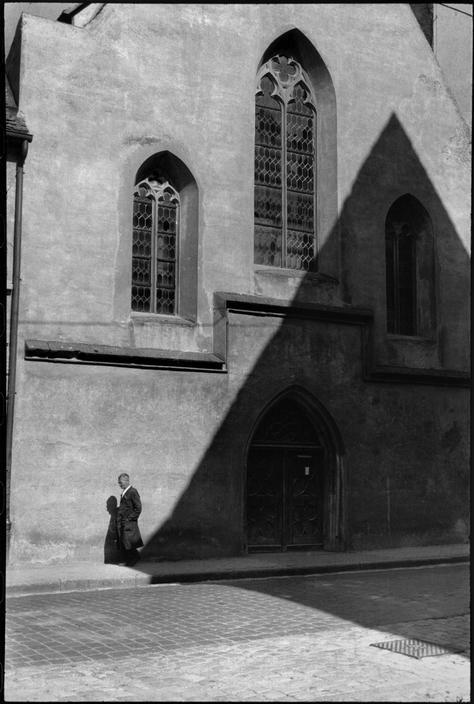 """Henri Cartier-Bresson (1908-2004) was een Franse fotograaf. In 1931 vertrok hij op 22-jarige leeftijd als jager naar het West-Afrikaanse oerwoud. Na een jaar keerde hij terug naar Frankrijk na zwarte koorts te hebben opgelopen. Tijdens zijn herstel ontdekte hij de fotografie pas echt. Hij herinnerde zich later hoe hij de hele dag over straat zwierf, gespannen, en klaar om af te drukken; """"vastbesloten om het leven te betrappen, om het levend vast te leggen."""" West Germany, 1962."""