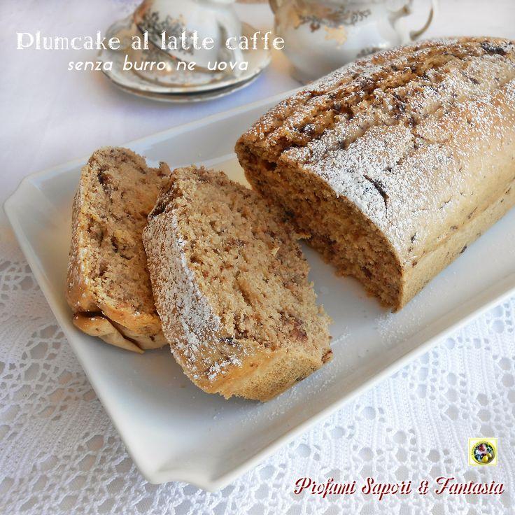 Plumcake al latte caffè, un dolce strepitosamente buono e invitante nonostante sia privo di burro e di uova. Adatto e consigliato dalla colazione in poi.