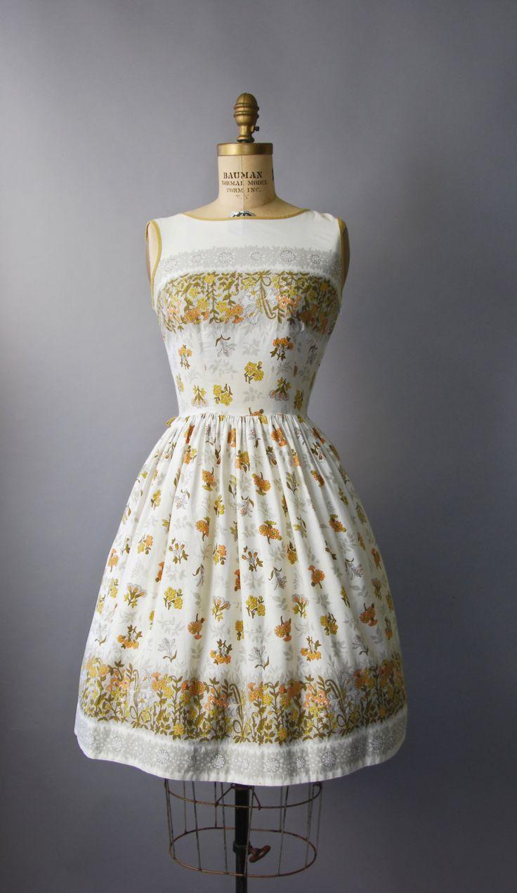 Gewoon prachtig jaren 1950 witte katoenen zon jurk met gesmoord taille, volledige rok, mouwloos bodice, een verscheidenheid van florale prints in de kleuren bruin en oranje in de gehele, bijpassende tan trim en verborgen kant rits. Bekleed. Zo lekker!  voorwaarde: uitstekend, vers schoongemaakte en klaar om te dragen Label: geen materiaal: katoen  ---✄---Metingen---✄--- Bust: 34 in Taille: 26 schouder aan taille: 15.5 in lengte: 39 in passen: kleine  ➸ GEEN TERUGGAVEN. Controleer of het…