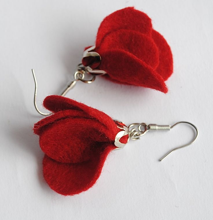 Brinco com flor de feltro vermelho, peças de montagem em níquel e anzol em aço inox.