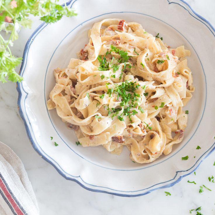 Mega einfach und mega schnell: Nudeln, Brühe, Milch und Tomaten in einen Topf geben und heraus kommt eine unglaublich cremige One Pot Pasta.