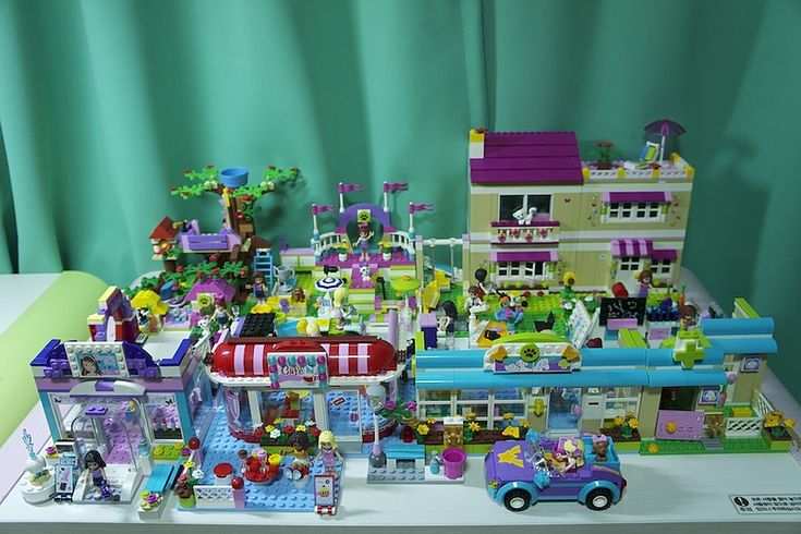 LEGO Friends. Good idea for setup. Maybe use a train table and put in the middle of the room?