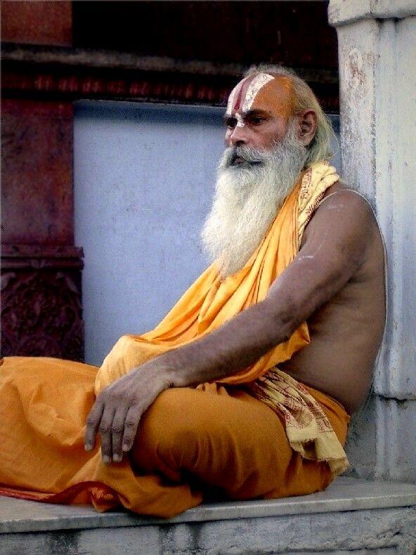 Shadu hindú en un pequeño templo de Manali