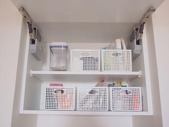 北欧、暮らしの道具店・安田さんのお宅 「吊り戸棚の中には、ストックするものたちが入っていましたよ。 このケースは100円均一。普段は見えないところだから、そこは賢く!ですよね。」