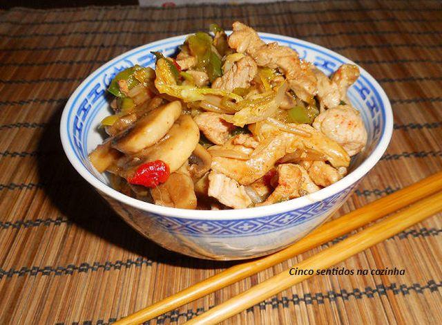 Tiras de porco com legumes salteados e molho de ostra