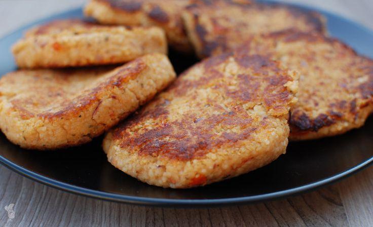 Vegetarische couscousburgers met o.a. rode linzen, ui, tomaat en diverse kruiden. Lees het recept via de bron!