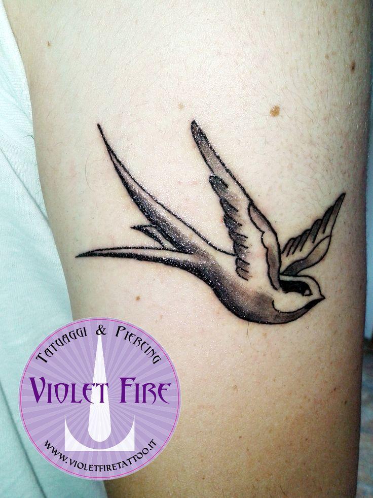 tatuaggio old school, tatuaggio piccolo, tatuaggio Rondine Old School su braccio - Violet Fire Tattoo - tatuaggi maranello, tatuaggi modena, tatuaggi sassuolo, tatuaggi fiorano