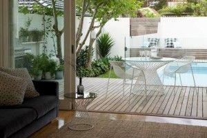 Jardin moderno con piso de madera