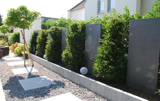 Sichtschutz als Gartengestaltung mit Blaustein-Stelen und