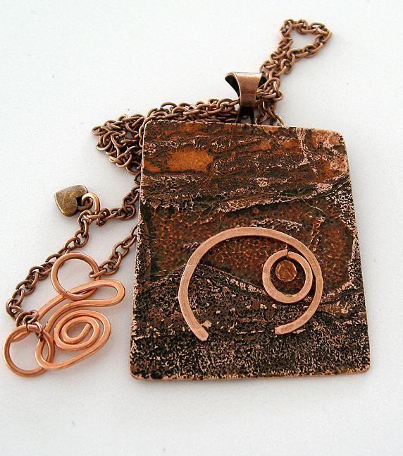 Halsband gjort av koppar. Necklace made of copper.