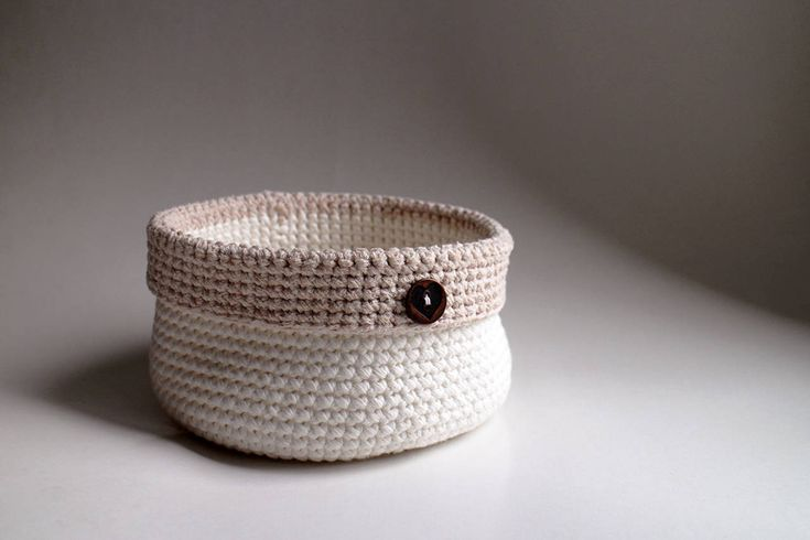Biely s béžovým okrajom | kovový gombík
