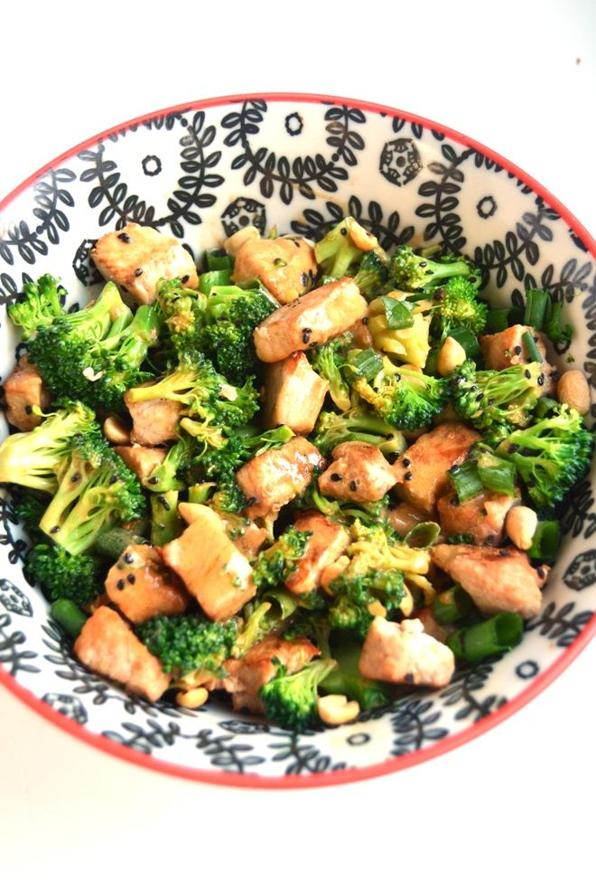 Peanut Broccoli and Pork Stir-Fry makes the perfect simple meal with fresh and flavorful ingredients and is topped with a delicious peanut sauce. www.nutritionistreviews.com