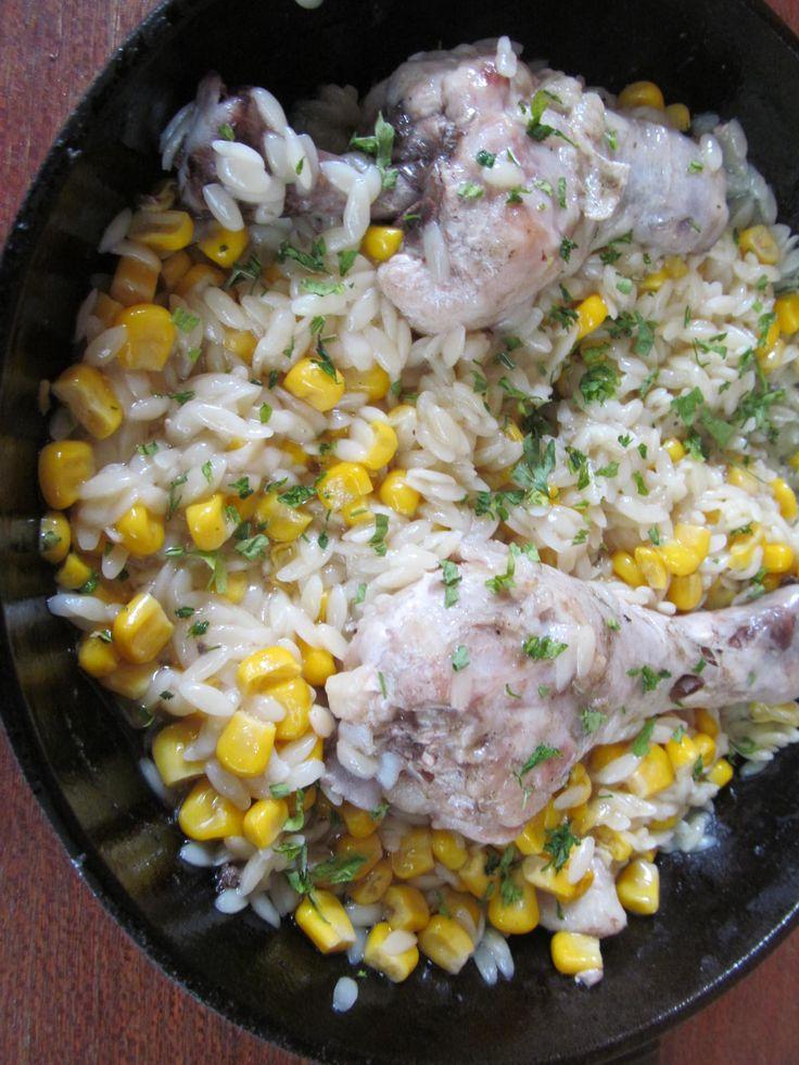 Куриные ножки, паста орзо, консервированная кукуруза, соль, перец, растительное масло.