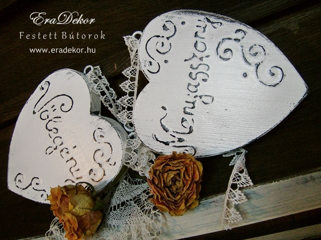 Rusztikus festett fa szívek Menyasszony és Vőlegény feliratokkal. Fotó azonosító: ESKSZIVEK12