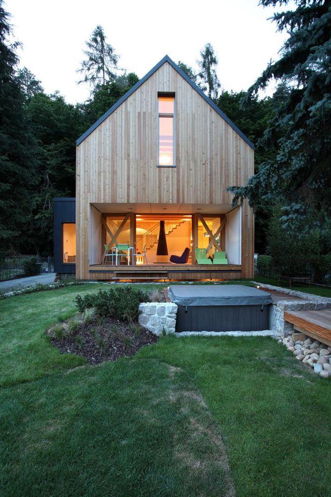 taras w bryle domu, kamienna podmurówka w ogrodzie | Stribrna Skalice House at HouseandHold.com