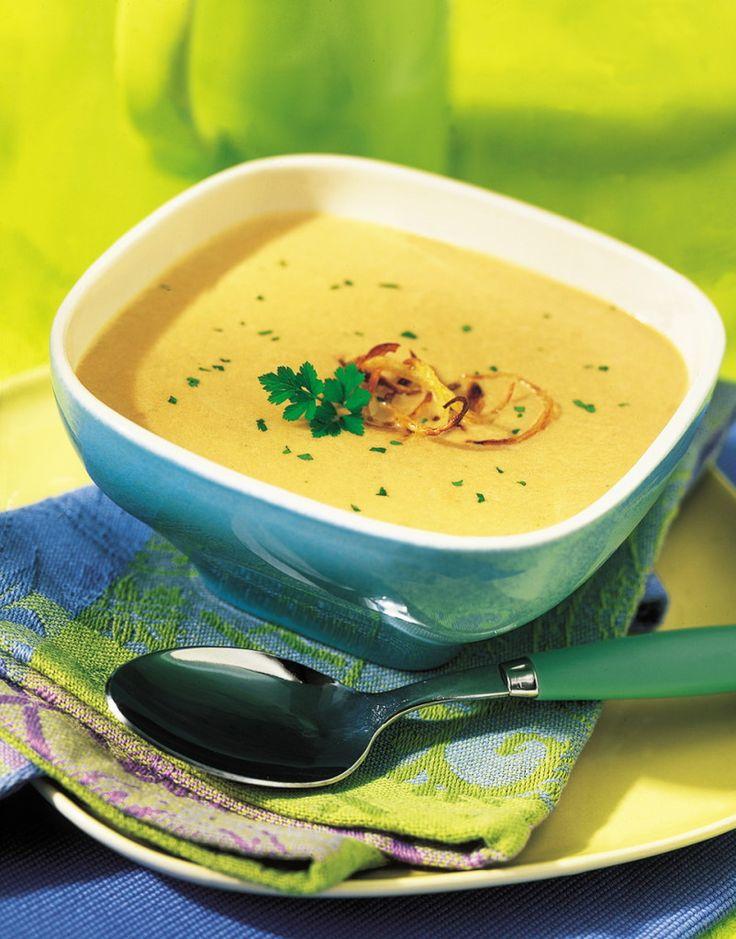 Lavez et équeutez le persil. Pelez et hachez les oignons. Dans une poêle, faites-les dorer avec l'huile. Ajoutez l'eau et les cubes bouillon. Prolongez la cuisson 10 minutes à feu moyen. Mixez finement le bouillon avec le persil et le lait concentré non sucré.