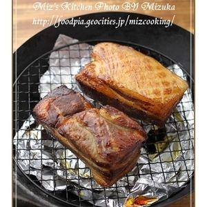 【中華鍋@燻製】自家製ベーコン by 料理家&フードコーディネーター/利き酒師Mizukaさん | レシピブログ - 料理ブログのレシピ満載!     燻製にはまってから作り続けているのはこちら、自家製ベーコン。 難しそうにみえますが、7日以上熟成させてから、塩抜きして乾燥させて燻煙するだけ。冷蔵庫に必ずストックして、ちょこちょこ使っています...