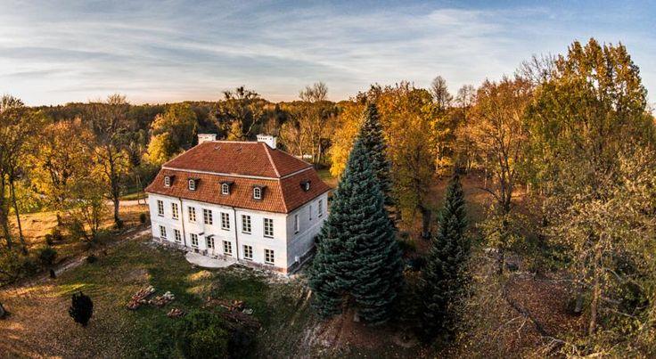 Dwór w Dawidach (koło Pasłęka). Pierwsze wzmianki o majątku pochodzą z 1531 roku. Początkowo właścicielem wsi był Achatius Borck. Od 1600 roku posiadłość przejęła polska rodzina Drzewieckich. Obecnie - hotel.
