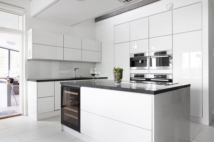 Validus Motuksen valkoinen keittiö on suunniteltu aktiivisen perheen ajanviettoon sopivaksi, lisää ideoita www.lammi-kivitalot.fi