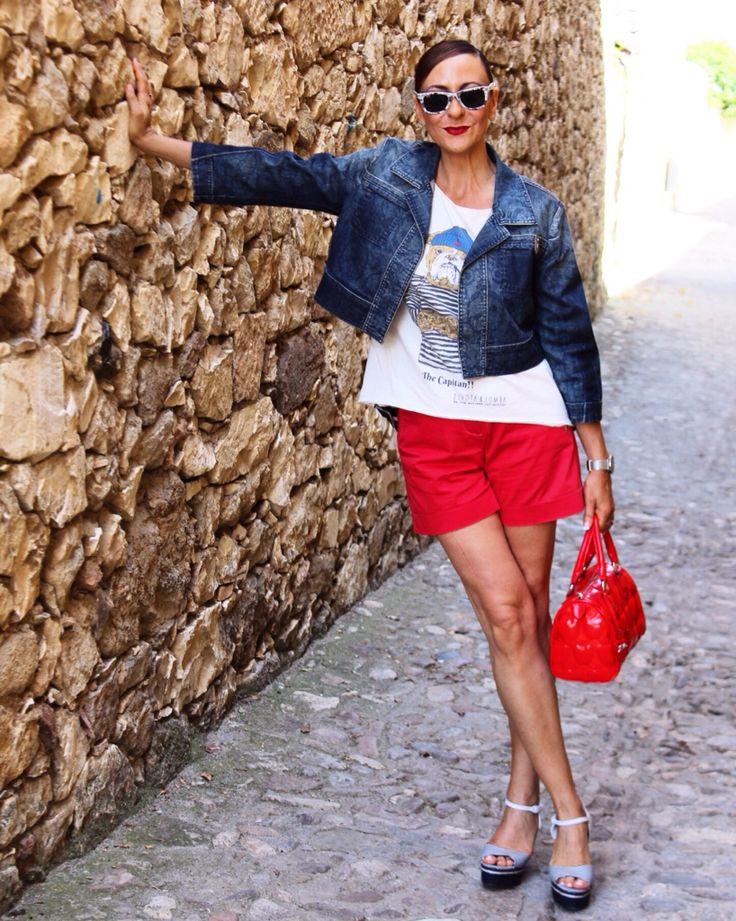 Spot con estilo,combinar cazadora vaquera, short en rojo, cuñas navy, bolso rojo, gafas en rojo y azul,