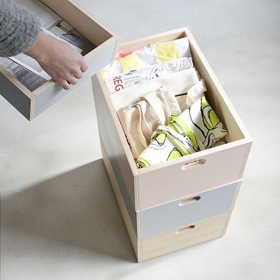 小さな家具のように使える。スタッキングできる収納ボックス。木の雰囲気が優しく、どこか北欧っぽさを感じさせる収納ボックスのご紹介です。このアイテム、なかなかない絶妙なカラーリングとシンプルなデザインに、バイヤーが一目惚れしてしまったものなんです!スタッキングできる仕様となっているので、好きな色とサイズを選んで使えます。自分の好きな場所にぴったりの高さにしてお使いいただけますよ。バッグやおもちゃのざっくり収納におすすめなMサイズ。高さが約15.5cmのMサイズは、小物やエコバッグなど細々したものをまとめておく