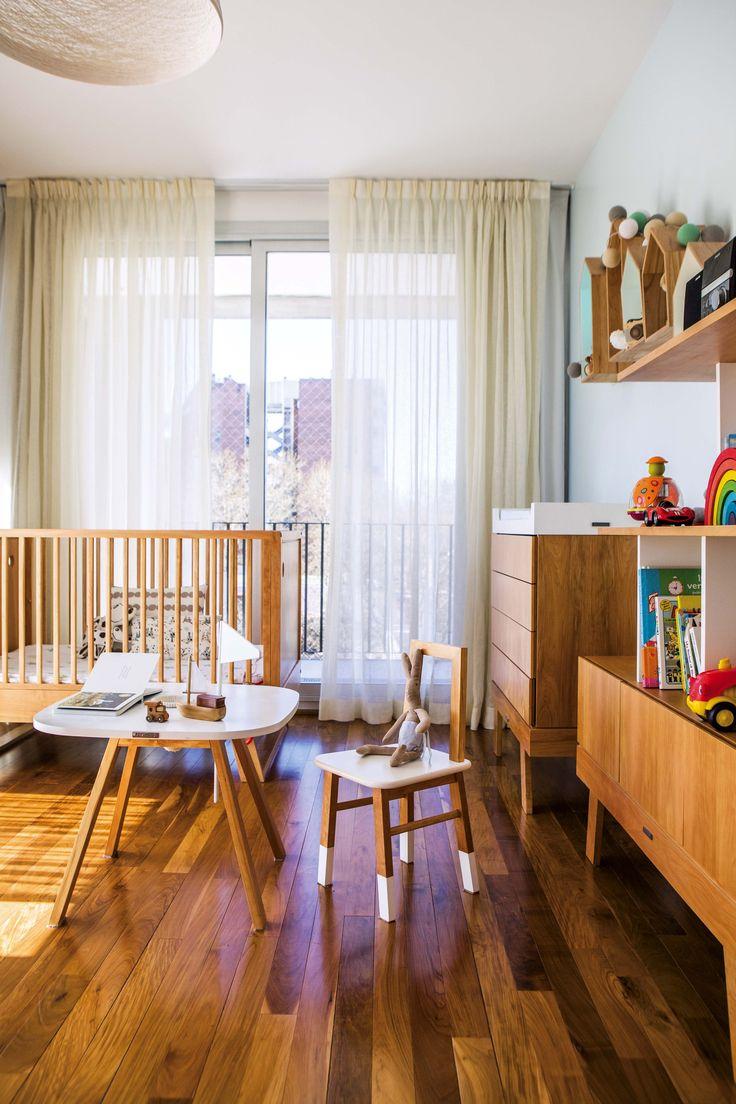 Dormitorio de un bebé en un departamento de Palermo. Las ventanas tienen cortinados en doble riel de lino en tonos crudos y blackout. Además, cuna estilo nórdico de Krethaus.