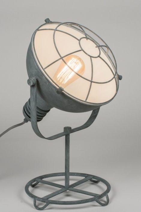Klik voor de website op deze link : ( www.rietveldlicht.nl ) Verzendkosten gratis .   Geschikt voor LED Industriële tafellamp in een trendy, beton grijze kleur. Deze aparte tafellamp valt op door zijn stoere, industriële karakter.
