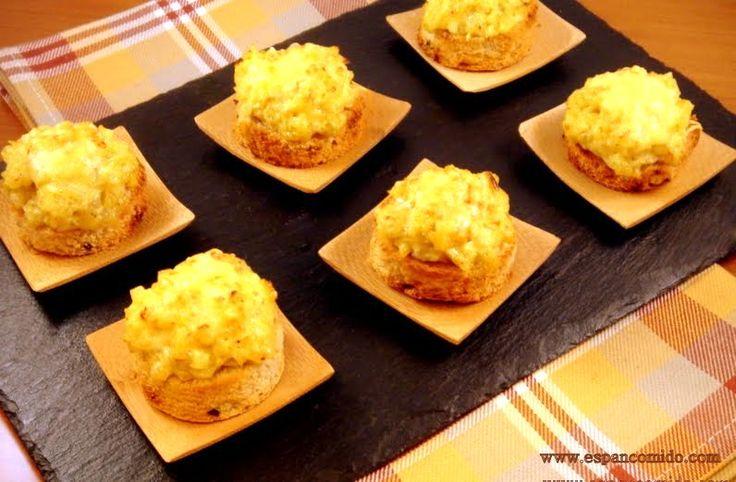 Canapés de cebolla gratinada al curry