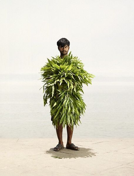 Ken told BuzzFeed India that he first visited Kolkata three years ago, and he held on to the idea of returning to take portraits of the flower sellers. | 13 Spectacular Images Of The Flower Men Of India