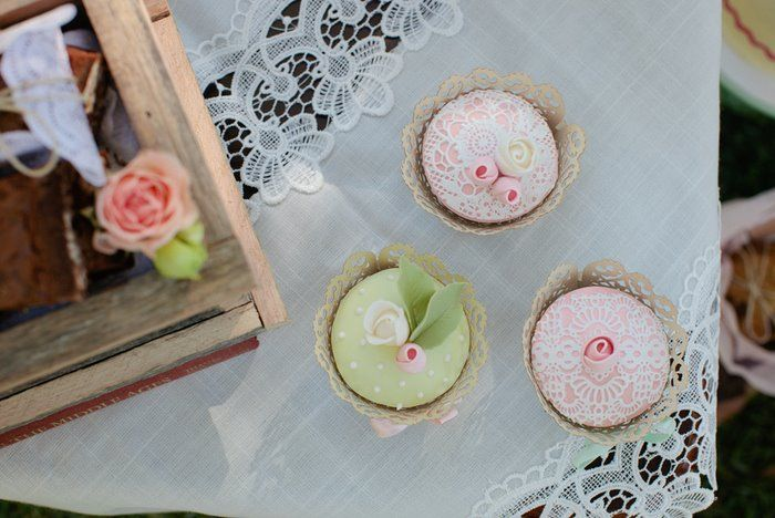 Vintage Inspired Cupcakes - Full details at StyledByMe.co