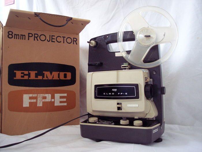 ELMO FP-E Filmprojector 8mm 1966  Elmo FP - E   in 1966 op de markt gebracht  standaard 8 mm super 8 mm film  veranderen formaat: schakelaar  lens: Elmo Projection Lens F:1.3 f=20mm Japan  lamp : 21V 150W EJM  21,5 V 150W G17Q  spoel capaciteit : 120 m  projectie : vooruit , stil  projectie snelheid: variabele snelheid ( 14-26 fps)  variabele snelheidsregeling : door reostaat  film invoer : automatisch  handmatig lossen : niet mogelijk  geluid : geen  ingebouwde filmsnijder : ja  Motor :...