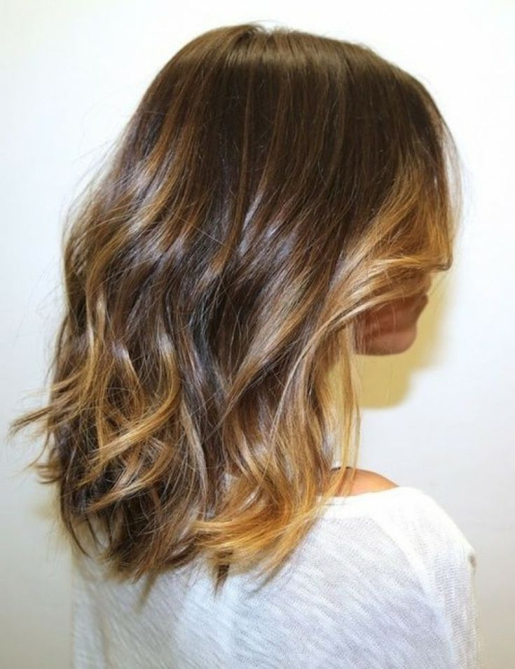 capelli mossi, lunghezza appena sotto le spalle, punte chiare girate con la piastra