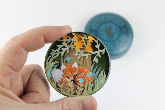 Un petit renard dans une boîte vintage. Express livraison gratuite. Découpage du papier fait à la main. boîte d'ombre diorama contes de fées de papier sculpture