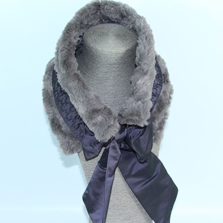 Col fourrure tour de cou Volodia gris-taupe large ruban violet foncé en taffetas de soie brodé