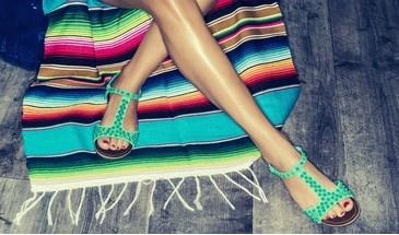 SarenzaNL gaat naar het strand met een  rainbow kleed en groene sandalen..