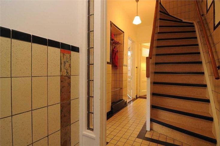 Detail foto van de tegels in de hal gang en trap van en jaren 39 30 huis in utrecht mooi het - Deco gang huis ...
