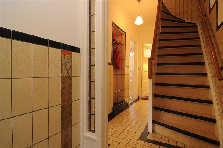 Detail foto van de tegels in de hal, gang en trap van en jaren  u0026#39;30 huis in Utrecht  Mooi het