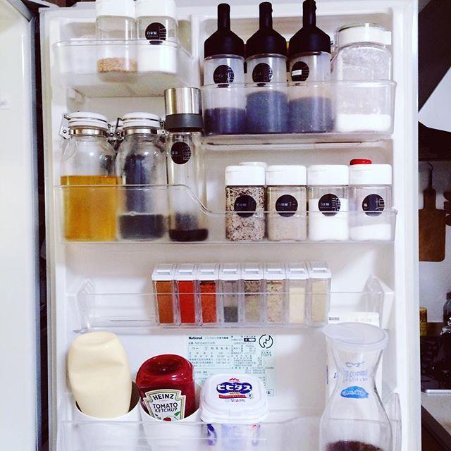 2015.10.14 . . 我が家の冷蔵庫は 幅60㎝の片開きドアのもの . いつの間にか 購入して10年近く経っていて… (松下電工信者の母が贈ってくれたNational製) . . 最近は フレンチドアの冷蔵庫がいいなぁ サイズももう少し大きくしたいなぁ … . . なんてね、 壊れるまで使うつもりですが まだまだガンバってほしい気持ちと 買い替えたい気持ちとで揺れてます . . ドアポケットには セリアの オイルボトルやスパイスボトルなど 色んな保存容器を使い分けてます . . . #キッチン#kitchen#暮らし