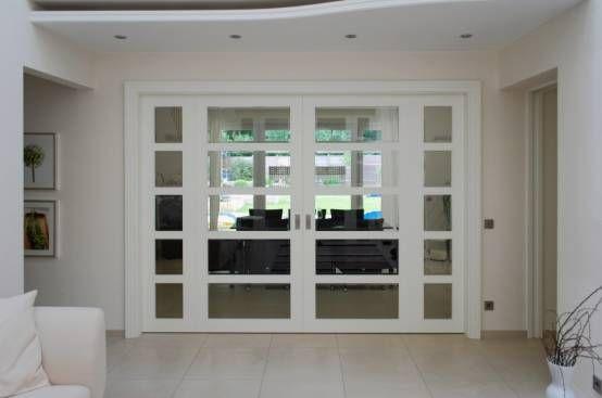 Luftiger Raumteiler: Schiebetüren mit viel Glas : Raumteiler und Paravents von LIGNUM Schreinerei GmbH