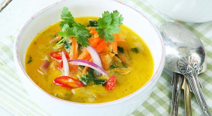 Recept på linssoppa med kokos. Den lena linssoppan blir thailändsk med fisksås, lime och koriander.