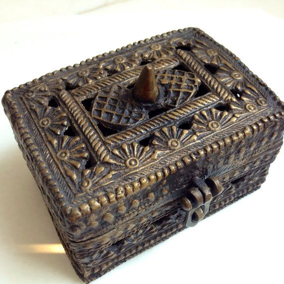 Heavy Antique brass box Vintage brass trinket box by TocaNycStore  Please visit my store for more antique and vintage home decor items: https://www.etsy.com/shop/TocaNycStore  Please visit my other store for vintage fashion, accessories, and costumes https://www.etsy.com/shop/tocanycfashion